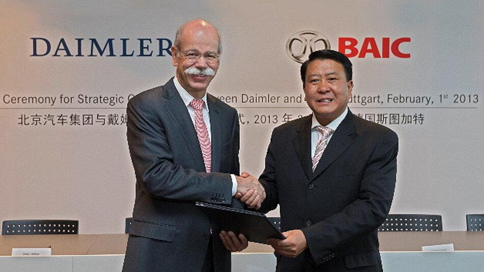 Daimler wird sich mit zwölf Prozent am chinesischen Partner BAIC Motor beteiligen (von links): Daimler-Vorstandsvorsitzender Dr. Dieter Zetsche und BAIC-Chairmann Xu Heyi.