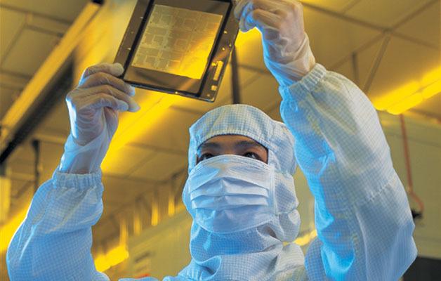 Ein Arbeiter in einer 300-mm-Fab von TSMC. Die Entwicklungsausgaben der Foundry steigen jährlich.