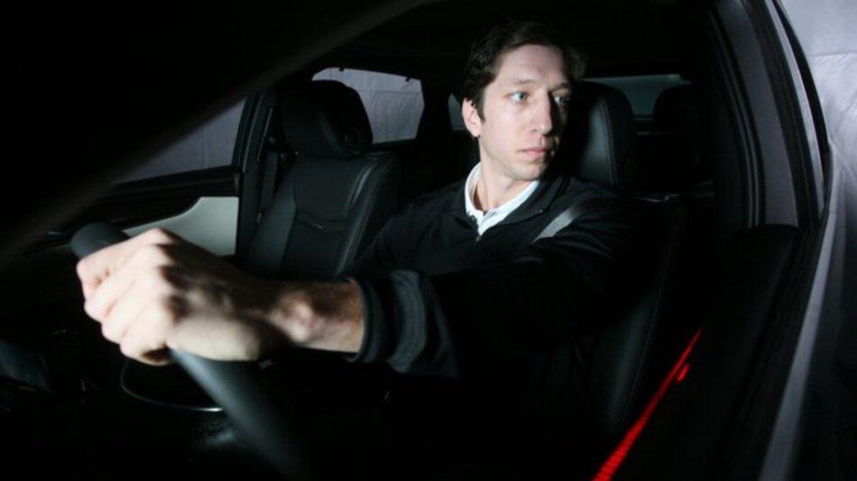 Das Konzeptfahrzeug erkennt die Ablenkung des Fahrers und steuert seine Aufmerksamkeit mit dem LED-Band.