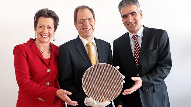 V.l.n.r.: Dr. Monika Kircher, Vorstandsvorsitzende von Infineon Österreich, Dr. Reinhard Ploss, Vorstandsvorsitzender von Infineon Technologies AG, und Pantelis Haidas, Geschäftsführer des Infineon-Standorts Dresden, auf der Pressekonferenz angesichts der Qualifikation der 300-mm-Dünnwafer-Fertigung in Villach.