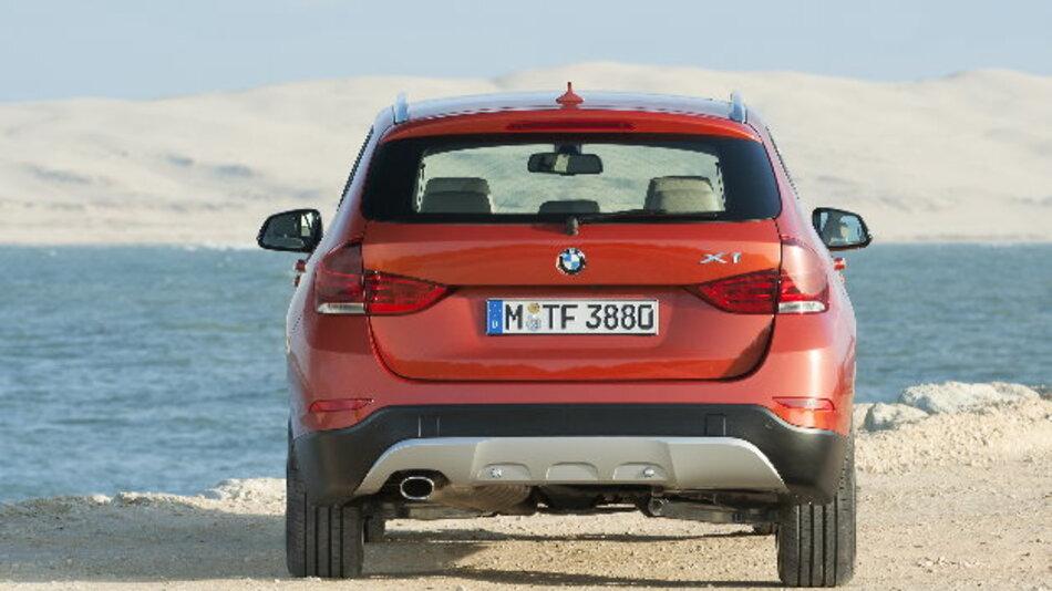 """Große Rückrufaktion bei BMW: Der Autohersteller lässt weltweit bei rund 750.000 Benzinern in sog. """"Heißland-Ausführung"""" Steckverbindungen austauschen, weil sie möglicherweise zu Problemen bei der Stromversorgung führen könnten."""