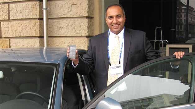 Suke Jawanda, Chief Marketing Officer der Bluetooth Special Interest Group demonstriert in München eine völlig neue Bluetooth-Applikation, mit der man vom Smartphone aus ein Auto aufschließen und in Betrieb nehmen kann.
