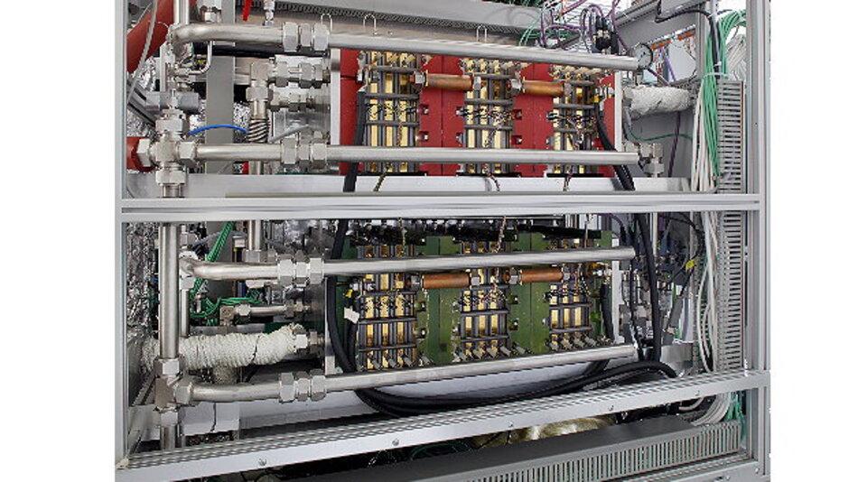 Testsystem mit 2 HT-PEFC-Stacks im Vordergrund. Die Stacks leisten im Reformatbetrieb bis zu 5,6 kW elektrisch.