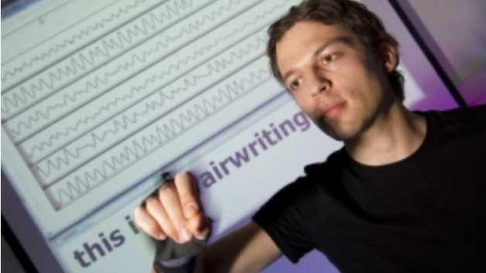 Airwriting: Aus Bewegungssignalen erkennt ein Computer in die Luft geschriebene Buchstaben.