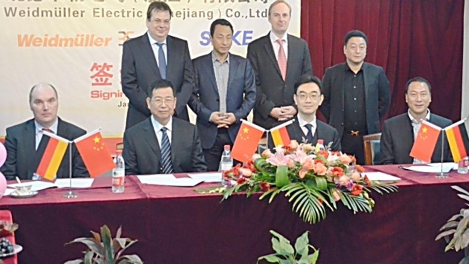 Michael Höing (li., Weidmüller Divisionsleiter Elektronik) und Dr. Martin Ahlfeld (2.v.l. , Weidmüller Syndikus) unterzeichneten gemeinsam mit Victor Wan (3.v.r., Weidmüller President Greater China) den Joint Venture Vertrag mit den Partnern von Shenle.