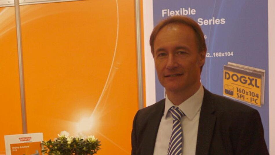 Stefan Eber, Geschäftsführer von Electronic Assembly, präsentiert auf der embedded world 2013 ein Evaluation-Kit, das den Einstieg in die Display-Entwicklung erleichtert.