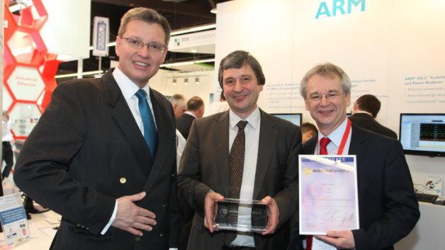 Dr. Roland Fleck (links) Geschäftsführer NürnbergMesse  und Professor Matthias Sturm, Fachbeiratsvorsitzender der embedded world (rechts) überreichen Reinhard Keil, Geschäftsführer ARM Deutschland, den Embedded AWARD in der Kategorie Software.