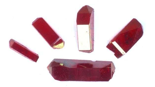 Das organische Material weist eine hochgeordnete Kristallstruktur und eine charakteristische, variierbare Farbe auf.