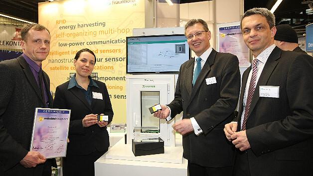 Das Fraunhofer IIS erhält den Sonderpreis des Embedded Award 2013 für das wartungsfreie und energieautarke Multi-Hop-Sensornetzwerk. v.l.: Dr. Peter Spies, Dr. Barbara Staehle (beide Fraunhofer IIS), Dr. Roland Fleck (CEO Nürnberg Messe), Jürgen Hupp (Fraunhofer IIS).