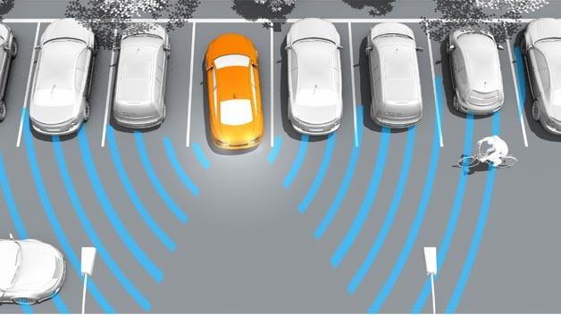 Eine neue Sensorgeneration erkennt beim Rückwärtsfahren querende Fahrzeuge und warnt den Fahrer vor einer Kollision.