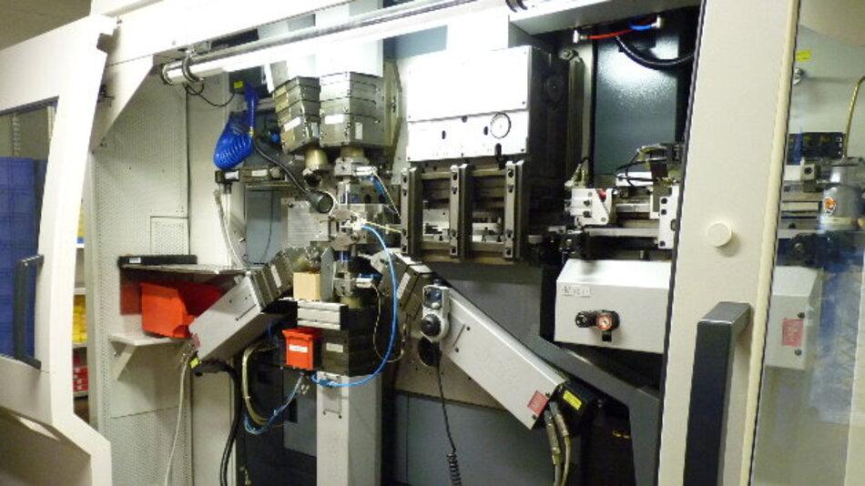 Das selbstkorrigierende Stanz-Biege-Werkzeug für die Produktion ist in der Lage, Qualitätsunterschiede in den zugeführten Materialien zu erkennen und den Verarbeitungsvorgang entsprechend anzupassen.