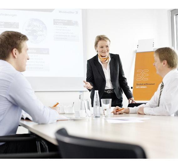 Entwicklungsmöglichkeiten für seine Mitarbeiter bietet Weidmüller über eine hauseigene Akademie. Diese kümmert sich von der Nachwuchsförderung bis zu Managementprogrammen um die richtigen Angebote für alle Alters- und Erfahrungsstufen.