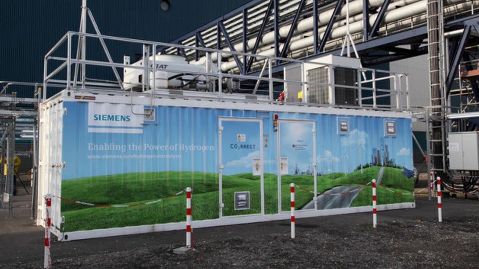 Eine Technologie von Siemens soll bisher ungenutzten Wind- oder Solarstrom in Wasserstoff umwandeln und eine Speicherung ermöglichen. Die Elektrolyse reagiert innerhalb von Millisekunden auf das schwankende Angebot erneuerbarer Energiequellen. Der Prototyp einer Anlage mit der so genannten PEM-Technik wurde nun bei RWE am Kraftwerksstandort Niederaußem in Betrieb genommen.