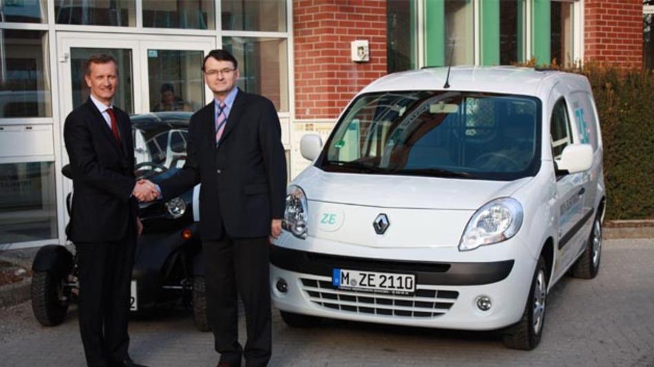 Lionel Wolff, Geschäftsführer Arval Deutschland (links) und Philippe Métras, Generaldirektor der RCI Banque S.A. Niederlassung Deutschland beim Abschluss des Rahmenvertrages.