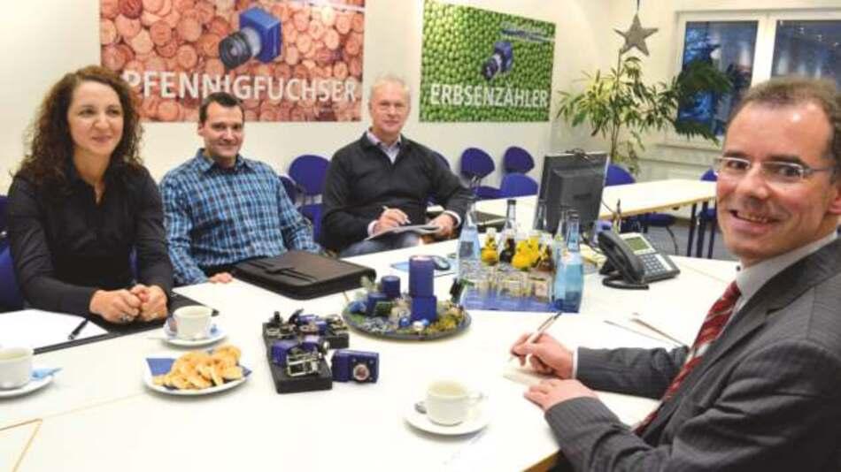 Mit »Pfennigfuchsern« und »Erbsenzählern« im Hintergrund: Nuray Inan, Erhard Meier und Horst Mattfeldt von Matrix Vision im Gespräch mit Andreas Knoll, Markt&Technik