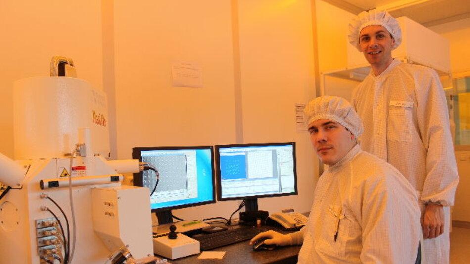 Doktorand Holger Mühlenbernd (links) und Prof. Dr. Thomas Zentgraf im Reinraum des Optoelektronik-Gebäudes der Universität Paderborn.