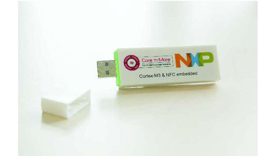 Bild 2: Mit dem NFC-USB-Stick »Cardabra« lassen sich die Informationen aus einer RFID-NFC-Visitenkarte auslesen