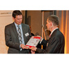 Aktive Bauelemente 3. Platz Diesen Platz belegte NXP mit seinem Low-Power-32-bit-Mikrocontroller LPC800. Mario Klein von NXP (links) nimmt die Urkunde von Elektronik-Chefredakteur Gerhard Stelzer entgegen.