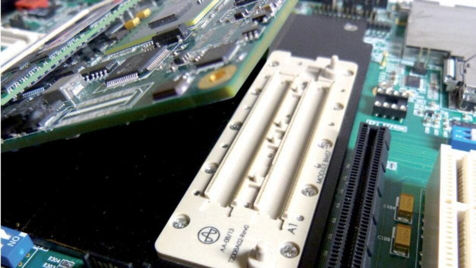 Die Kontaktstelle zwischen Mainboard und fertigem Modul bilden, je nach Konfiguration und Modultyp, bis zu 440 Probe Pins.