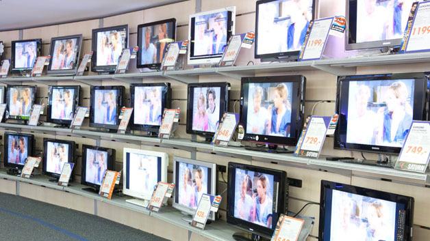 Fernseher in einer Filiale von Saturn. Nachdem die Umstellung von Bildröhrenfernsehern auf Flachbildfernseher größtenteils abgeschlossen sein dürfte, ist der weltweite TV-Markt rückläufig..