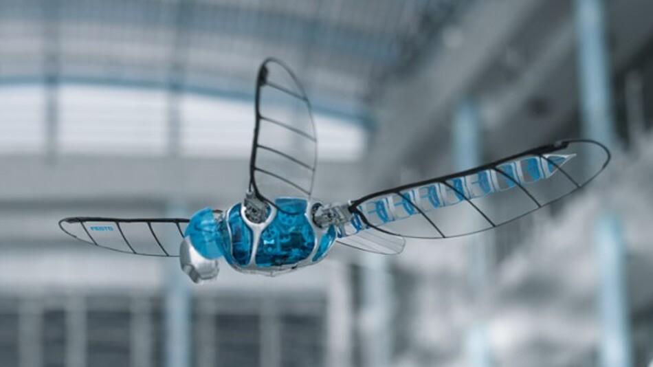 Die künstliche Libelle »BionicOpter« schwebt durch eine der Hallen des Entwicklungszentrums von Festo am Hauptsitz in Esslingen.
