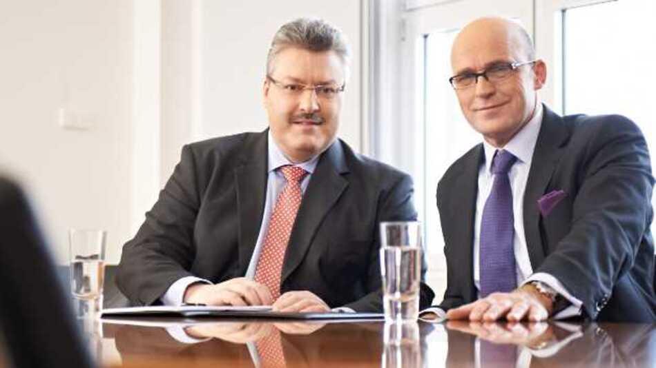 Jenoptik-Vorstandsvorsitzender Dr. Michael Mertin (l.) und Finanzvorstand Rüdiger Andreas Günther (r.) blicken auf ein erfolgreiches Geschäftsjahr 2012 zurück.