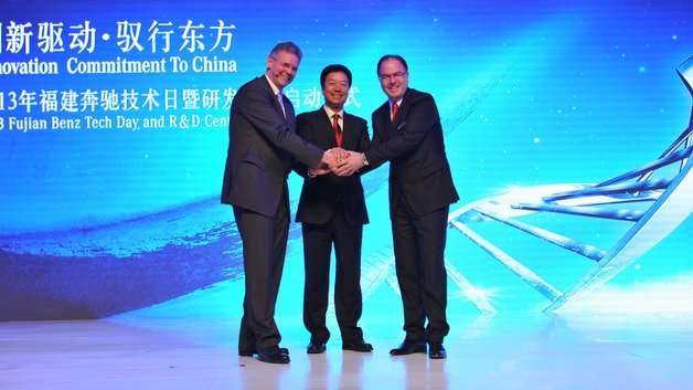 Dr. Sascha Paasche (Leiter Entwicklung Mercedes-Benz Vans), Xiaoqiang Lian, (Chairman of Fujian Motor Industry Group and Fujian Benz Automotive Co. Ltd) und Rene Reif (President & CEO Fujian Benz Automotive Co. Ltd) eröffnen das neue Produktentwicklungszentrum (v.l.n.r.).