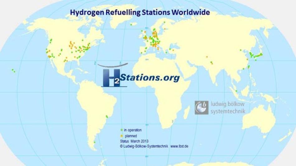 Die Seite H2stations.org (www.H2stations.org) führt auf interaktiven Karten alle weltweit in Betrieb befindlichen, geplanten und stillgelegten Wasserstoff-Tankstellen auf.