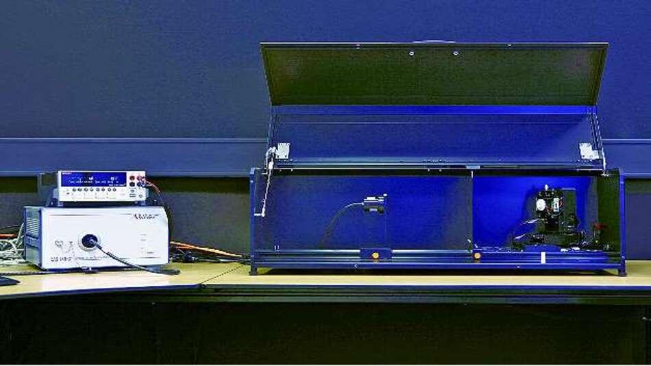 Bild 4: Das Goniophotometer ist per optischem Kabel mit dem Spektralradiometer verbunden