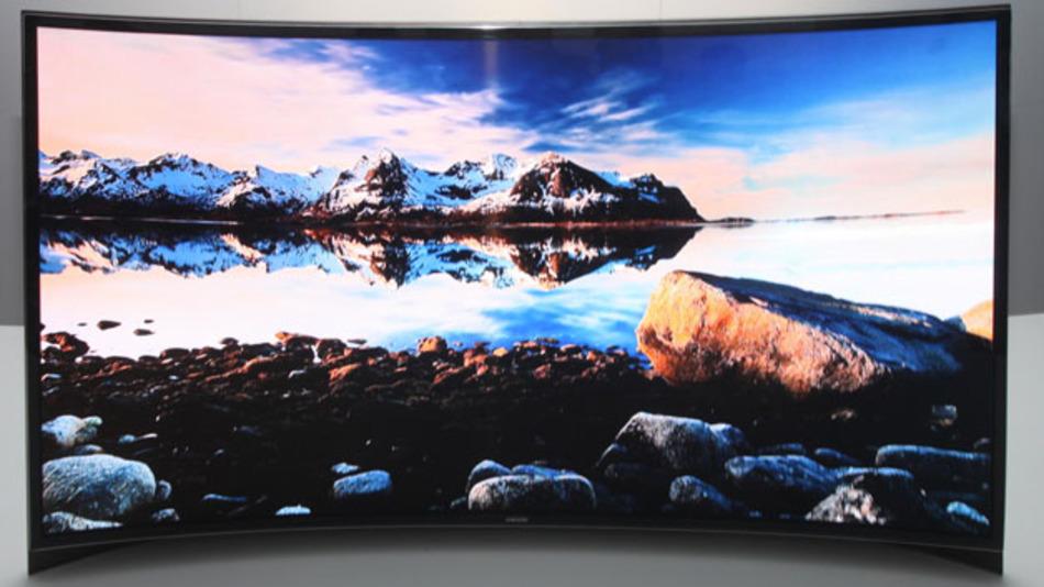 Der gebogene OLED-Fernseher, den Samsung auf der CES in Las Vegas vorgestellt hat. Mit solchen Produkten zeigt der Konzern seine technische Überlegenheit bei den OLED-Displays.