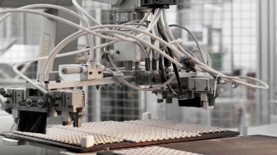 Die weitaus größte Flexibilität bei der Formgebung bietet der keramische Spritzguss - oder auch Ceramic Injection Moulding (CIM). Sembach hat dieses Verfahren durch Automatisierung mit Robotern so weit entwickelt, dass auch Fertigungslose von einer Million Stück und mehr zu bewältigen sind