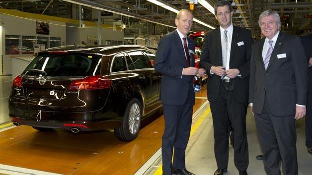 Dr. Karl-Thomas Neumann, Vorstandsvorsitzender der Adam Opel AG, Patrick Burghardt, Oberbürgermeister Rüsselsheim und Volker Bouffier, Ministerpräsident Hessen in den Produktionshallen in Rüsselsheim (von links).