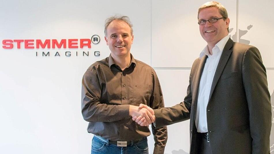 Christof Zollitsch, Geschäftsführer von Stemmer Imaging, und Guido Deutz, Sales Manager Europe von Xenics, besiegeln die erweiterte Partnerschaft.