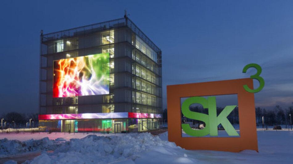 Der Hypercube bietet auf sieben Etagen Büroräume für Start-ups sowie für Skolkovo-Partnerunternehmen wie Siemens, IBM und Cisco. Siemens wird rund 40 Mio. Euro in sein Forschungszentrum investieren.