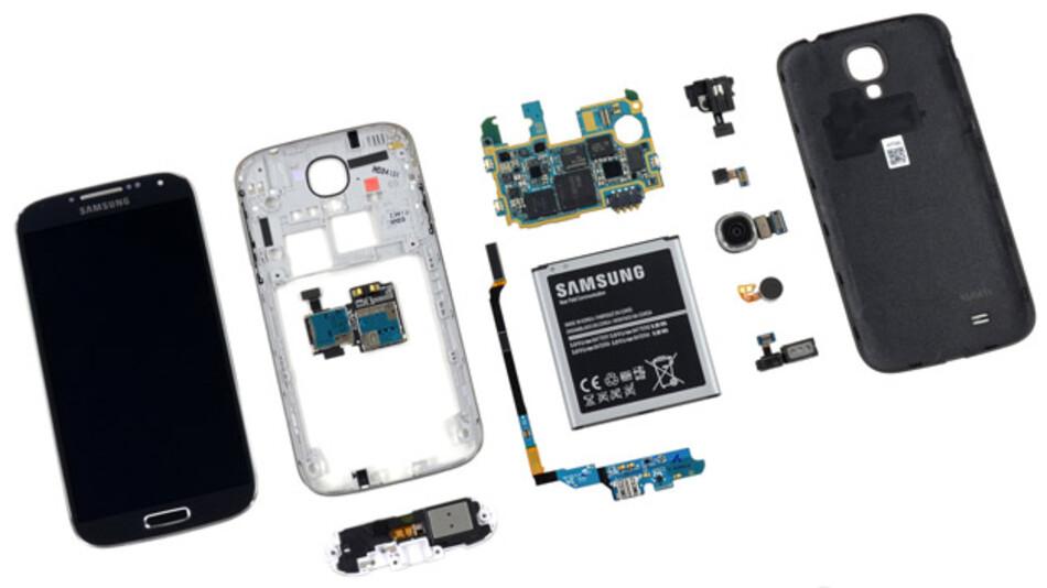 """Nun ist das S4 in alle seine Einzelteile zerlegt. Auf dem Daughterboard befinden sich der Micro-USB-Anschluss, ein Sensirion SHTC1 Feuchtigkeits- und Temperatursensor sowie ein Mikrofon. Neben dem Ohrhörer sind außerdem zwei Infrarot-Sensoren verbaut, welche Samsungs neue Gestensteuerung ermöglichen. Das reflektierte IR-Licht wird erfasst und ermöglicht das Bedienen des Geräts, ohne dass man den Touchscreen berühren muss. Dieser wiederum wird von einem Synaptics S5000B-Controller gesteuert.  <a href=""""http://www.ifixit.com/"""">www.ifixit.com</a>"""