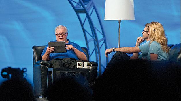 """Bild 1. Jeff Kodosky, der Erfinder von LabVIEW, demonstriert die zukünftige Touch-basierte Programmierung mit LabVIEW auf einem Tablet-Computer auf der Konferenzveranstaltung """"NIWeek 2012""""."""