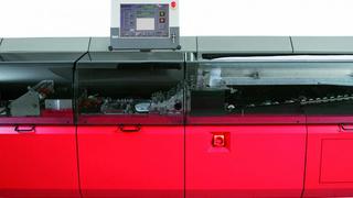 Mit dem Touch-Computer wird die Kuvertiermaschine »K3500« gesteuert - sie schafft bis zu 24.000 Kuvertierungen pro Stunde.