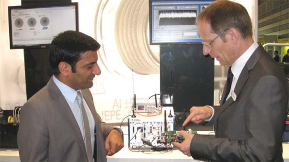 Wolfram Koerver, Geschäftsführer der sea Science & Engineering Applications Datentechnik zeigt NI Technology & Marketing Director Europe, Rahman Jamal (links) einen kompakten PXI-HF-Messplatz
