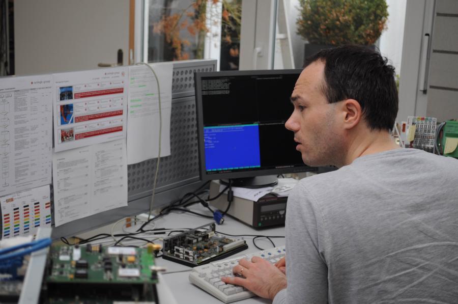 Dr. Ivo Trajkovic ist Software-Ingenieur bei Syslogic. Um die MS-DOS-Software auf den modernen Rechnern zum Laufen zu bringen, installiert er auf dem Linux-Betriebssystem eine Virtual Machine.
