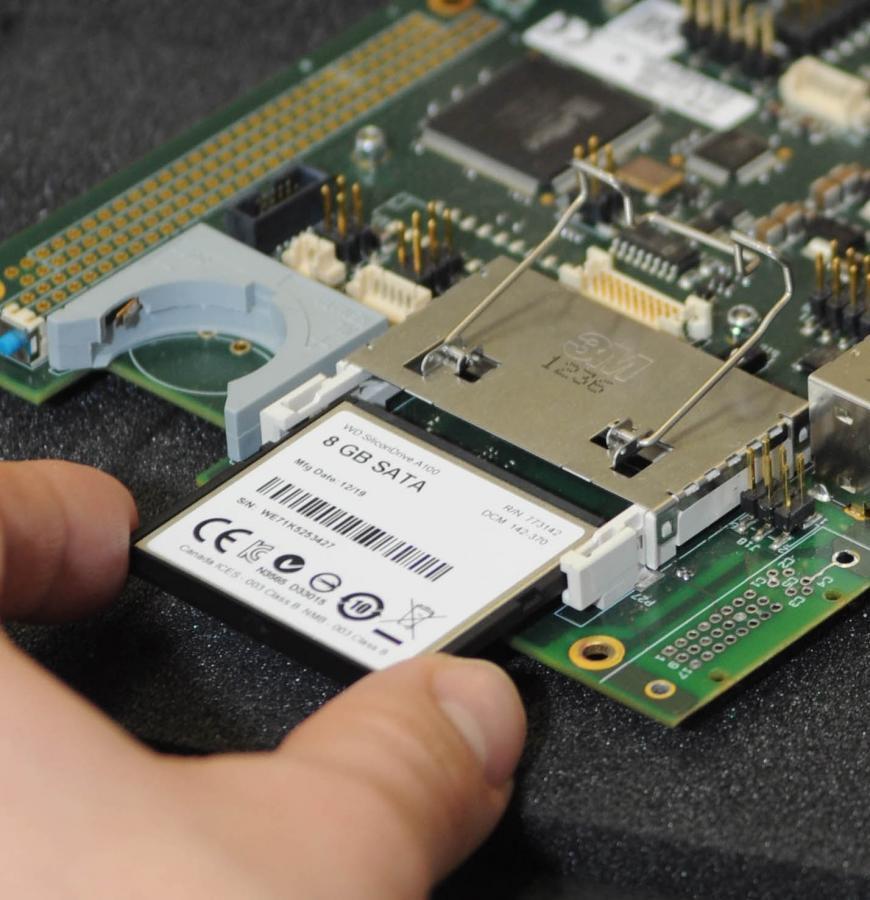 Ein Standard-Panel-PC aus der PCT-Serie (Projektiv-Kapazitiv-Touch-Panel-Serie) wird mit einer provisorischen Test-Software bestückt.