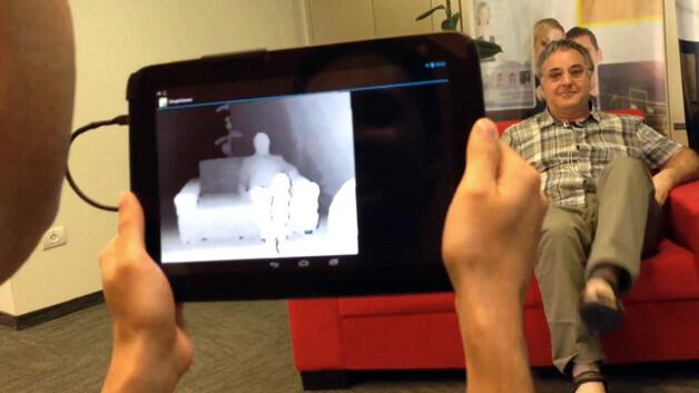 Die 3D-Funktionen von »Capri« lassen sich von entsprechend vorbereiteten Apps nutzen. Damit kann man dann Objekte in 3D scannen und in das Livebild einblenden. Denkbar sind so z.B. räumliche Augmented Reality-Games, die die reale Umgebung ins Spiel einbeziehen.