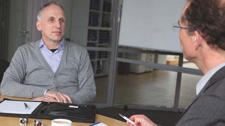 Dr. Dietmar Ley (links) im Gespräch mit Markt&Technik-Redakteur Andreas Knoll: »Es geht uns nicht darum, im High-End aufzutrumpfen, sondern darum, eine Volumenstrategie erfolgreich umzusetzen.«