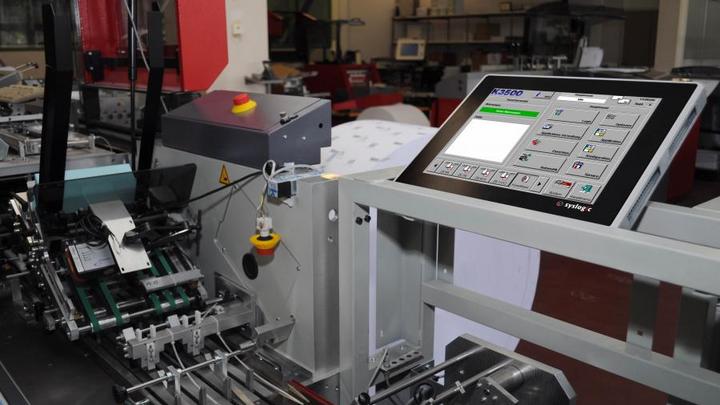 Der Standard-Panel-PC aus Syslogics PCT-Serie wurde mit kundenspezifischer Software ausgestattet. Im Testcenter von Kern am Standort Stalden wird der Panel-PC an den Kuvertiermaschinen getestet.