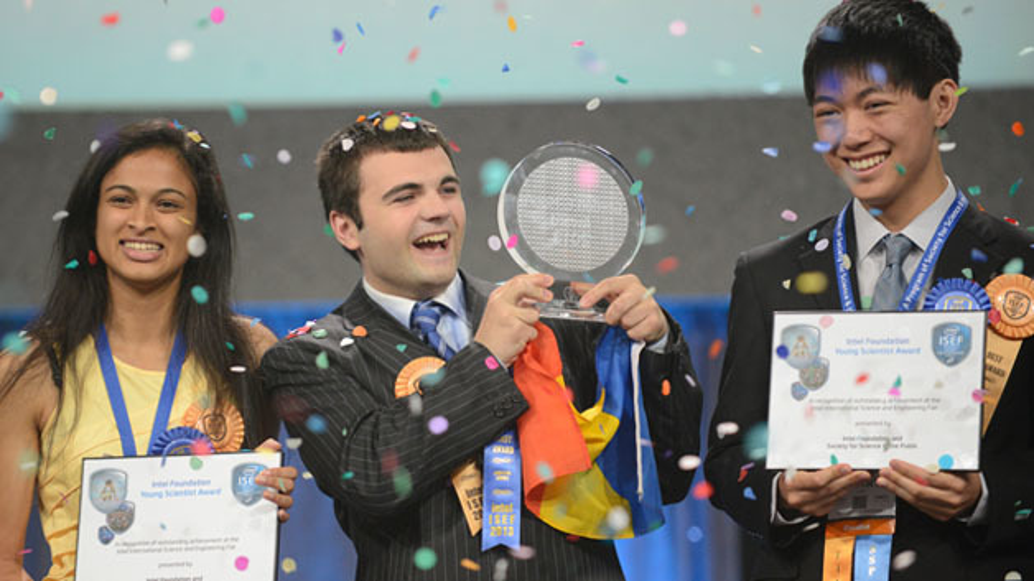Die Schülerin Eesha Khare (links) freut sich über den Preis von Intel.