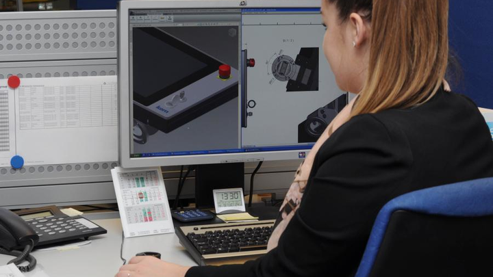 Die Syslogic Konstrukteurin zeichnet im CAD-Programm das Gehäuse.