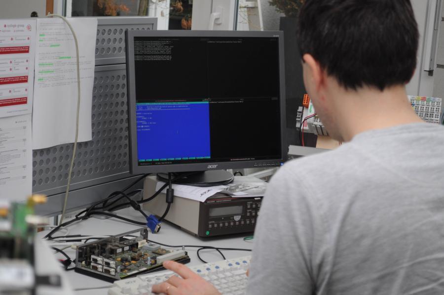 Software-Ingenieur Ivo Trajkovic passt das Linux-Betriebssystem aufgrund der Testergebnisse an.
