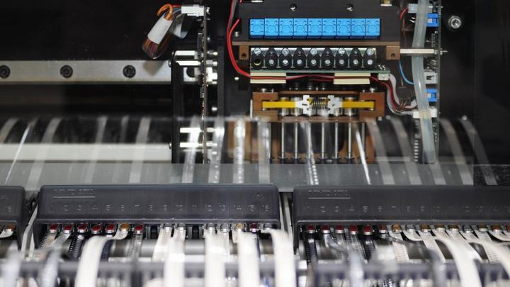 Sämtliche CPU-Boards bestückt Syslogic selbst. Die Bestückungsmaschine in Aktion.