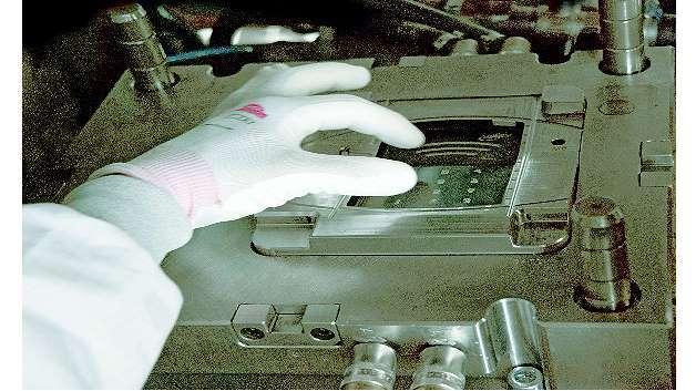 Bild 2: Beim Folienhinterspritzen ist darauf zu achten, dass die Folie im Spritzgießwerkzeug optimal positioniert wird
