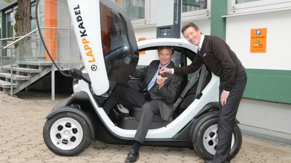 Lapp Geschäftsführer Gerald Lawrenz übernimmt einen Renault Twizy direkt von Hendrik Handke vom Renault Autohaus von der Weppen.