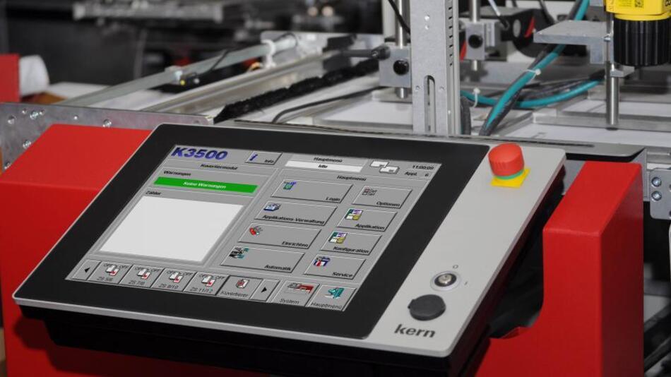 Der neue Panel-Computer an der Kuvertiermaschine K3500 angebracht.